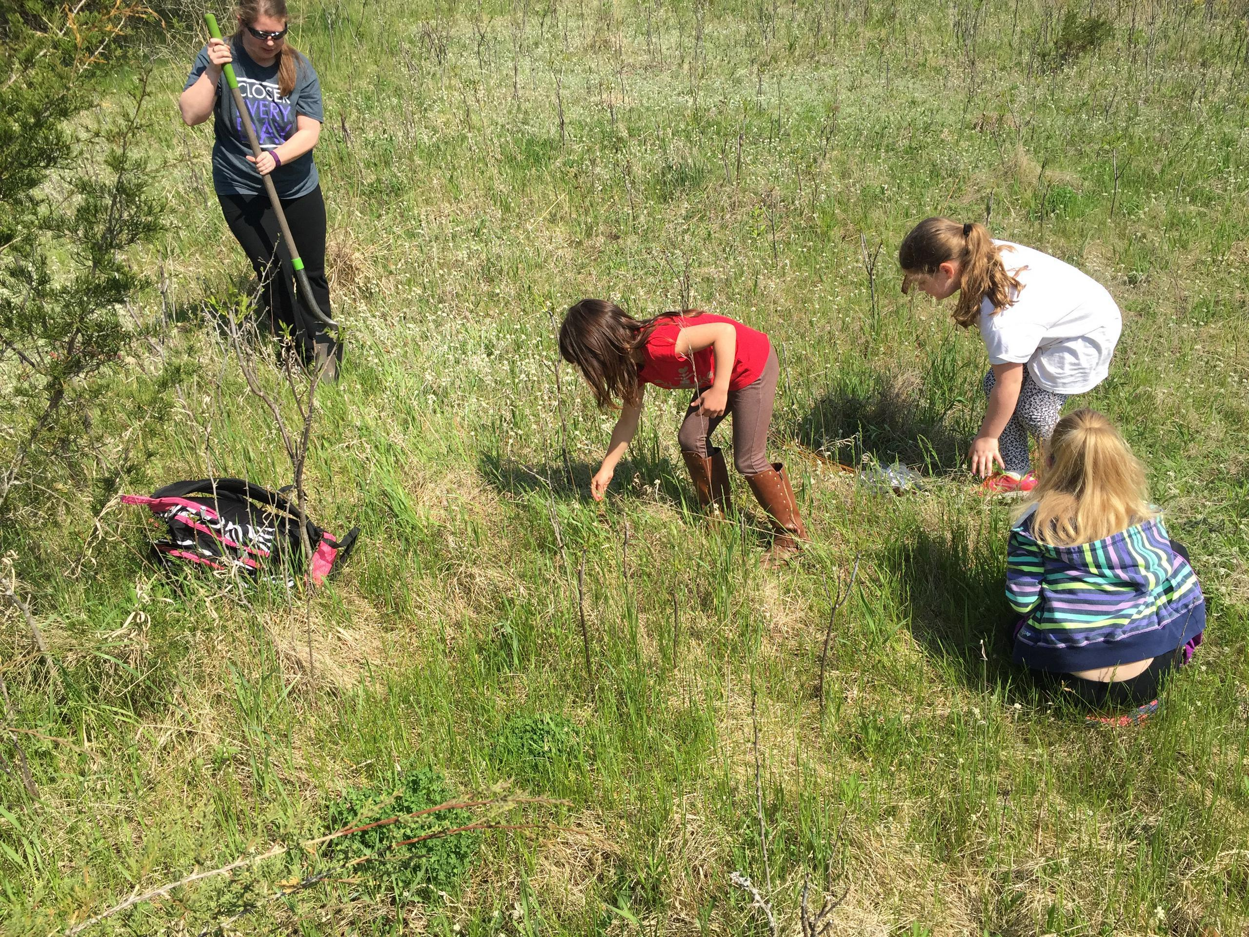 Students help clean up Lake Maria State Park